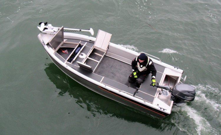 Vapalaatikko ja säilytystilat kalastusveneen keulassa