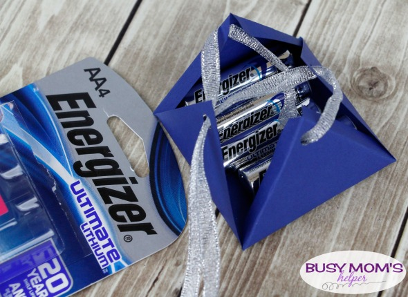 Creative Way to Include Batteries with Gifts - with a free printable! #AD #PoweringTheHolidays @walmart @energizer #printable #christmas #gifts #holidayhacks #lifehacks #gifthacks