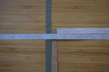 Schritt 5: Dann den linken Streifen nach rechts falten.