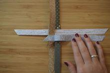 Schritt 24: Die Streifen ohne Überlappung jeweils in die entgegengesetzte Richtung falten. Dafür zunächst den linken Streifen nach rechts biegen.