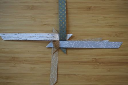 Schritt 34: Den Streifen vorsichtig durchziehen, um die erste Spitze zu formen.