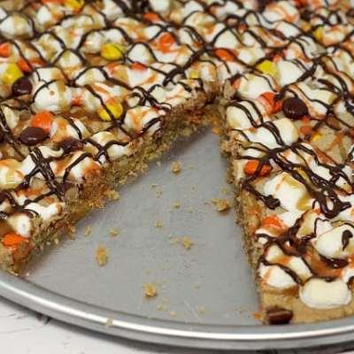 HALLOWEEN PEANUT BUTTER COOKIE PIZZA