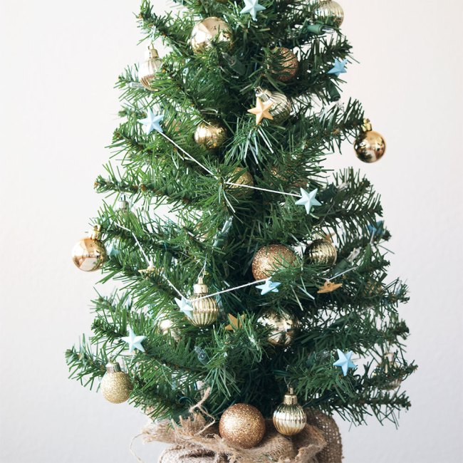 make a simple star garland for a mini christmas tree - Garland For Christmas Tree