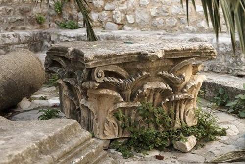 Ostaci kamene plastike od rimske građevine (I-III vijek nove ere)