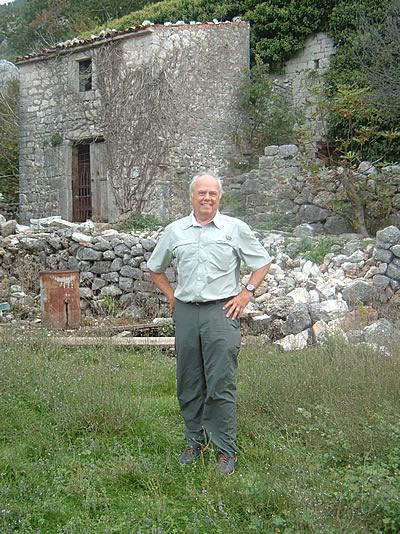 Karl Sargent ispred rodne kuće svog čukunđeda Filipa Srzentića u selu Brda iznad Petrovca