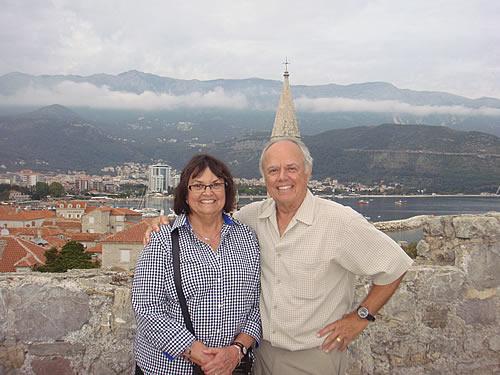 Karl Sargent sa suprugom Toni na Citadeli u staroj Budvi