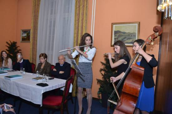 Milja Zenović (flauta), Ana Ćirilović (flauta) i Teodora Arsovska (kontrabas) izvode aranžmane paštrovskih svadbenih pjesama