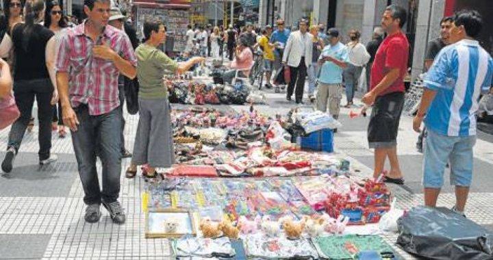 Comerciantes y Manteros enfrentados en medio de una crisis económica