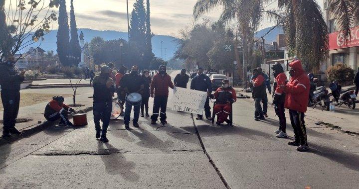"""Despidos en EDVESA: trabajadores se encadenan y Gobierno """"analiza"""" fechas de cesantías"""