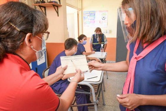 Avanza la vacunación a docentes de Capital y del interior provincial