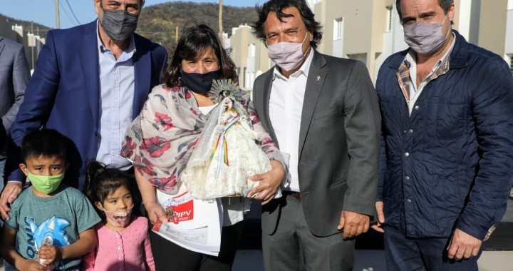 Ferraresi y Sáenz entregaron las llaves de 90 viviendas en Pereyra Rozas