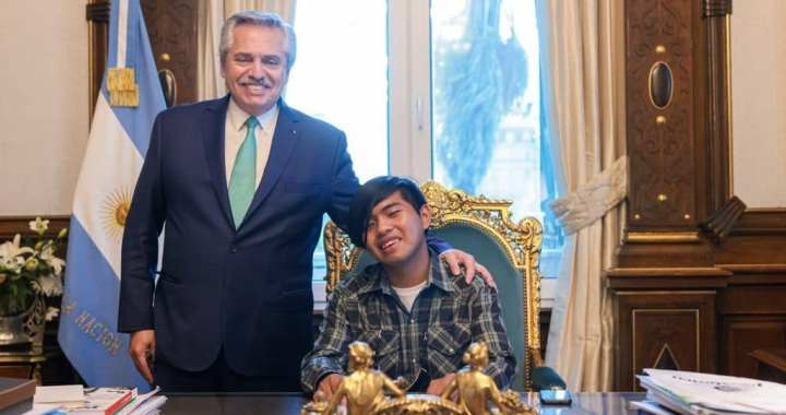 Un wichí en la Casa Rosada: Maximiliano Sánchez fue recibido por Alberto Fernández