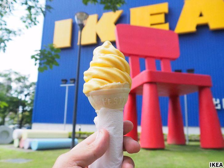 "P8245035 01 - IKEA新推出""冰狗"",霜淇淋夾入麵包內,享受冰冰熱熱的吃法~"
