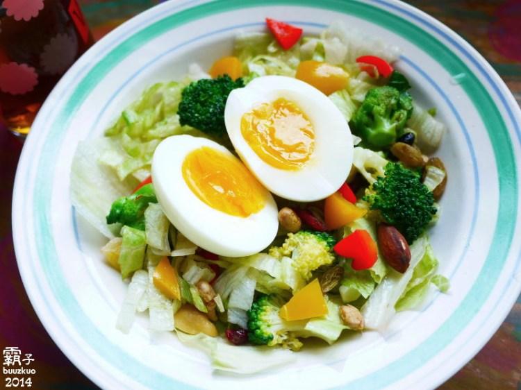 半熟蛋堅果沙拉,冷壓初榨橄欖油運用在生菜沙拉上~