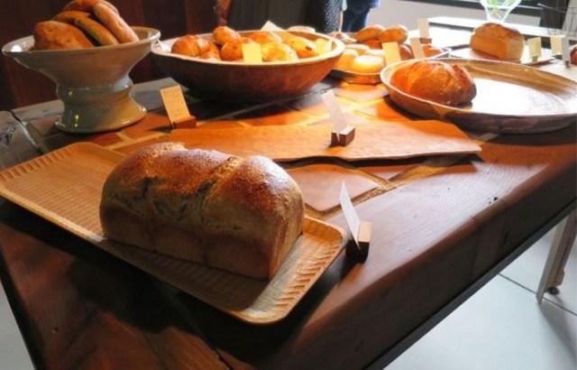 厚真町土砂崩れで亡くなった畑島武司・富子夫妻。開拓時代の面影旧畑島邸は人気のパン屋「此方」に。富山県への郷愁は「しあわせのパン」に転生し生き続ける。