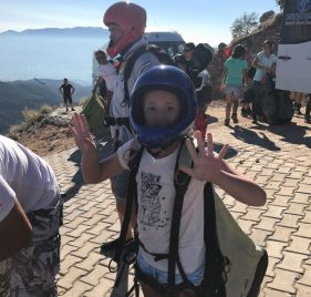 Buzymum - Lou, about to paraglide!