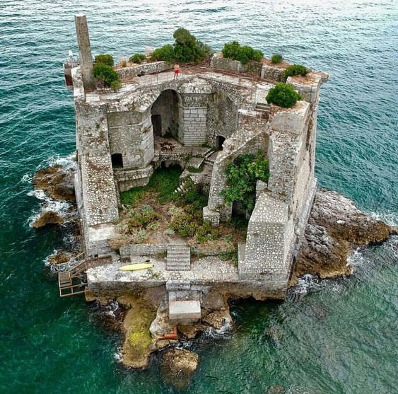 abandon castles on the water