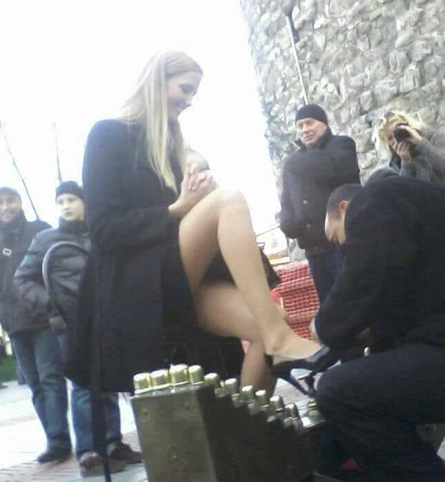 Emini Etekli Seksi Kadın ve Ayakkabı Boyacısı