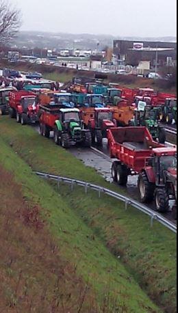 En Bretagne, les agriculteurs se réunissent sur les routes afin de manifester leur colère. (Crédit : Twitter/@LoMattisleo)