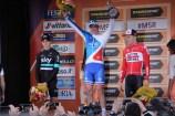Sur le podium, la joie d'Arnaud Démare contraste avec les déceptions de Ben Swift (Sky, à gauche) et Jurgen Roulants (Lotto Soudal, à droite). (Crédit photo : Maxime Gil)