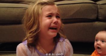 弟がいずれは「赤ちゃんではなくなる」という現実を知った5歳の姉の大号泣