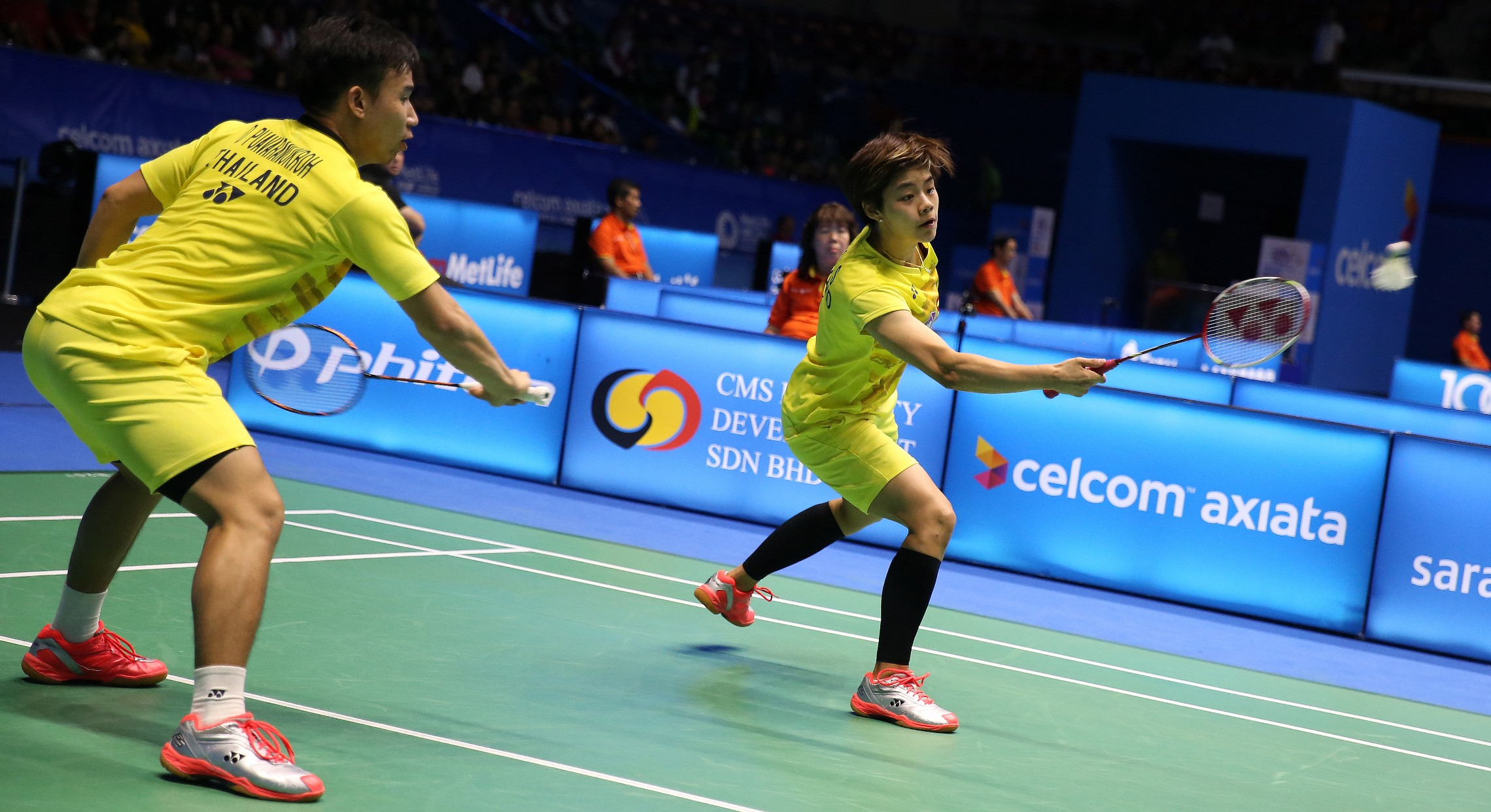 Huang Yaqiong and Lu Kai outgunned Thailand's Dechapol Puavaranukroh and Sapsiree Taerattanachai in the mixed discipline (21-16 21-17)
