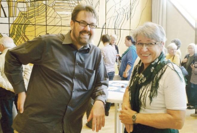 André Hartmann mit der Vorsitzenden der Böhmerwäldler, Renate Ruchty
