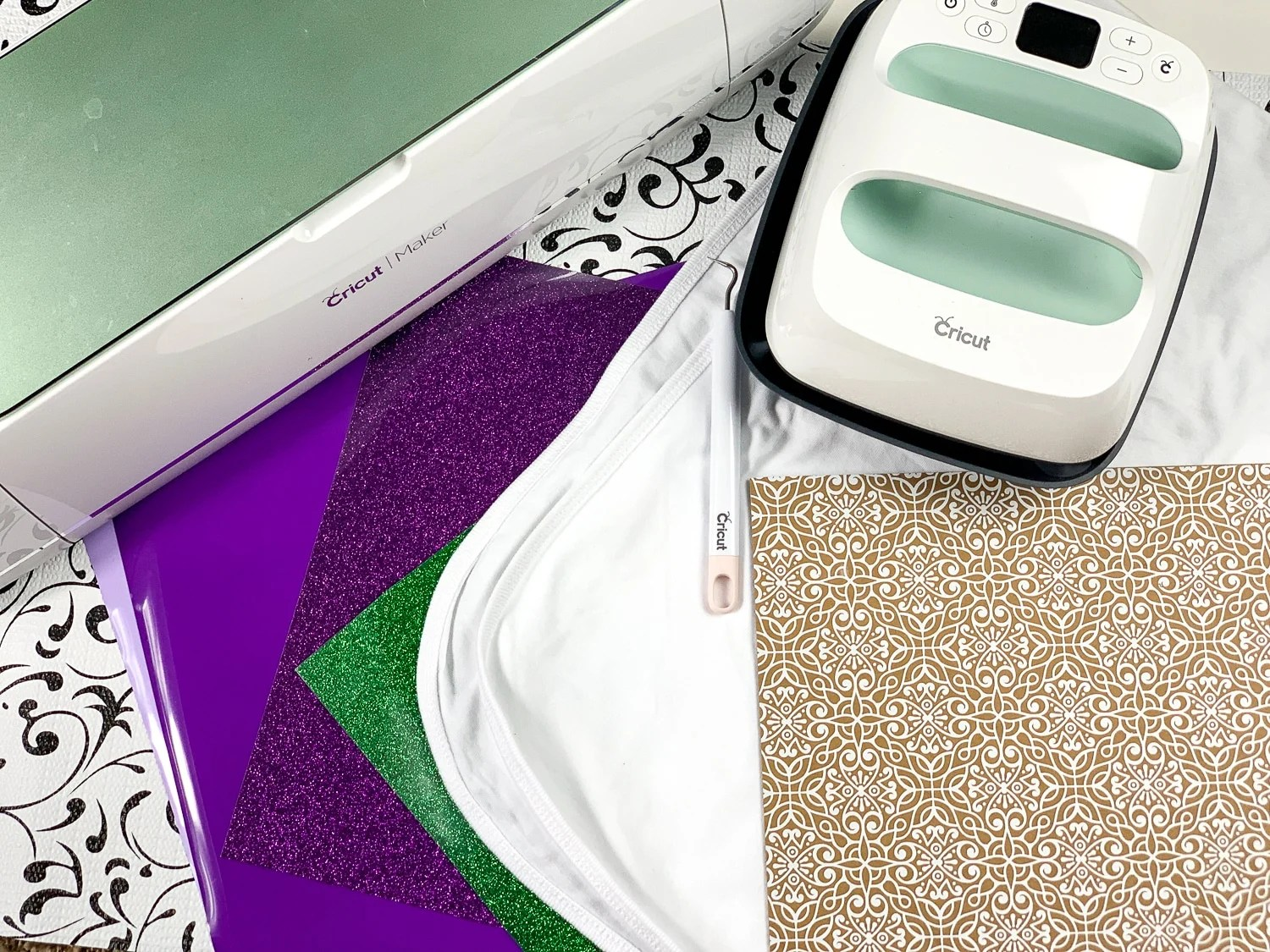 Whether you are a beginner or are a seasoned Cricuter or beginner this list of easy 20+ Cricut project ideas are some amazing ones to try.#cricutmade #cricutexplore #cricutprojects #cricutcrafts