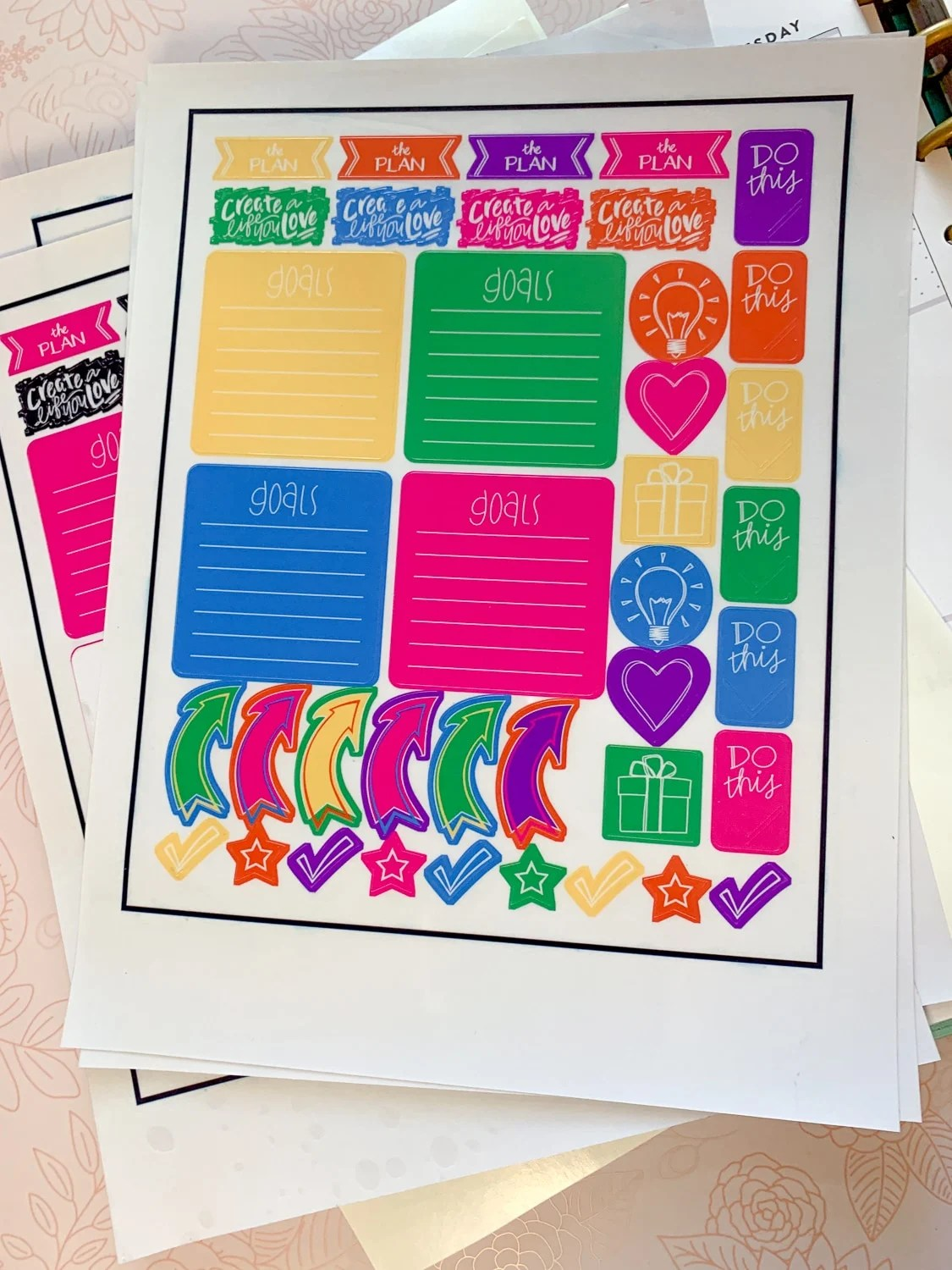 Make these free printable stickers to fit your Anna Griffin and your Happy planners or any other planner you have for that matter. #printable #school