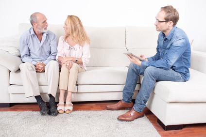 Dreiergespräch. Falls jemand rätselt: Der Therapeut ist der mann rechts im Bild. Kenntlich am iPad, ohne das ein gescheites Dreiergespräch unvorstellbar wäre