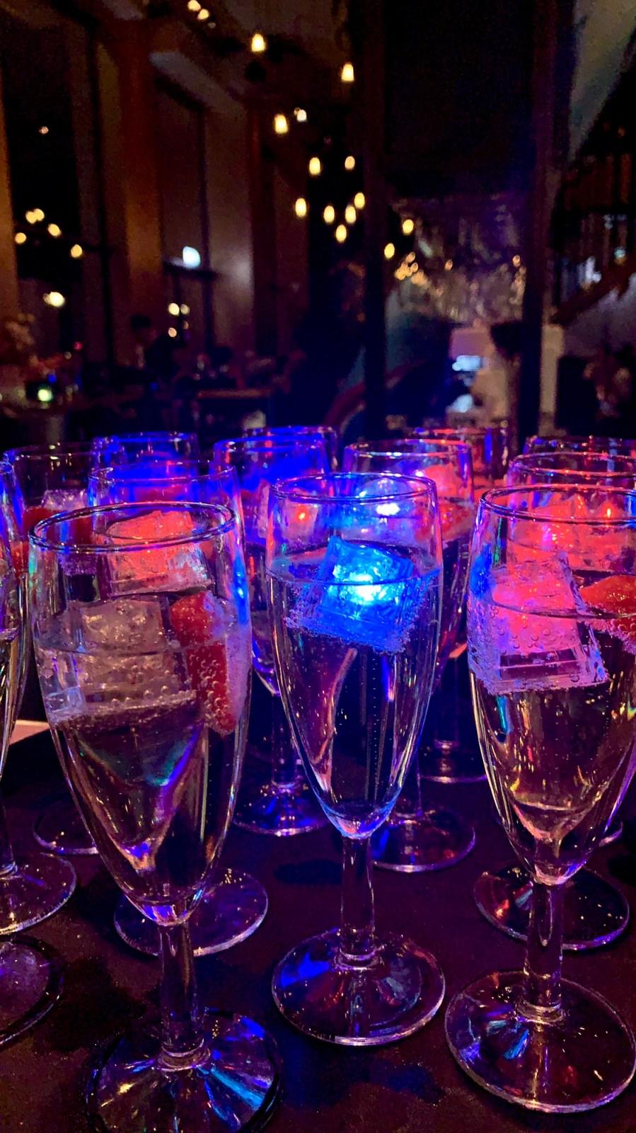champagne fluit met LED ijsblokjes