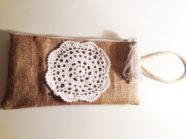 Clutch realizado con tela de saco y aplicación en crochet | By Cousiñas