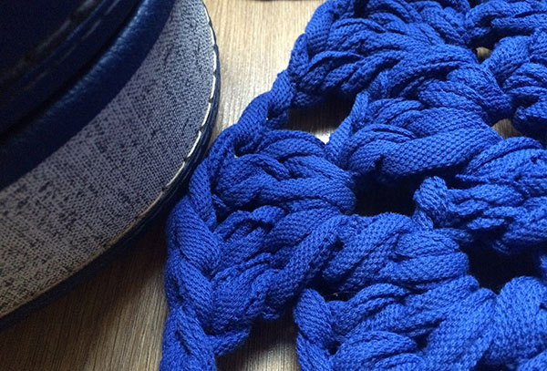 Alfombra de trapillo tejida en crochet