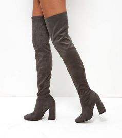 http://www.newlook.com/fr/femme/chaussures/bottes/bottes-hautes/grey-suedette-flared-heel-over-the-knee-boots/p/386831004