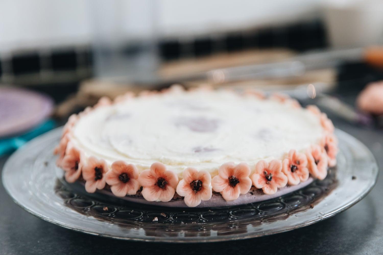 kæmpe macaron kage, brombær, kirsebærblomster, ganache