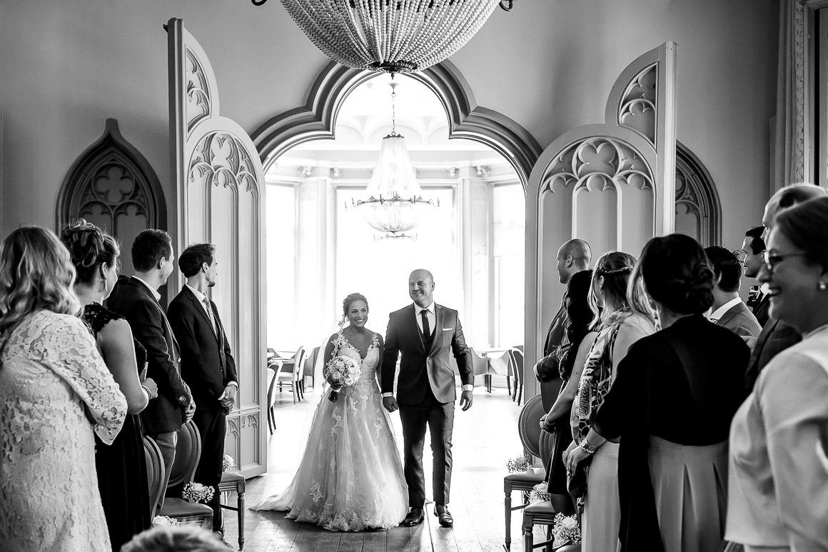 bruid en bruidegom komen samen binnen lopen voorafgaand van de ceremonie