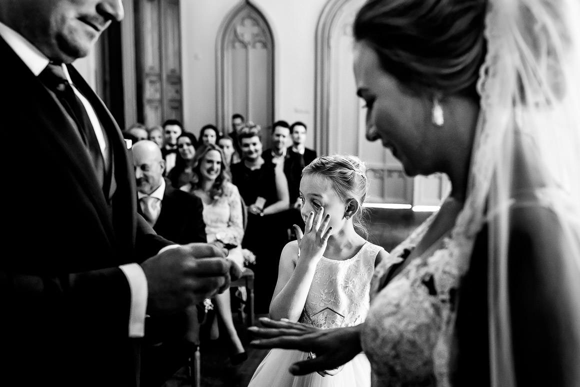 bruidspaar geeft elkaar de ringen na het ja woord