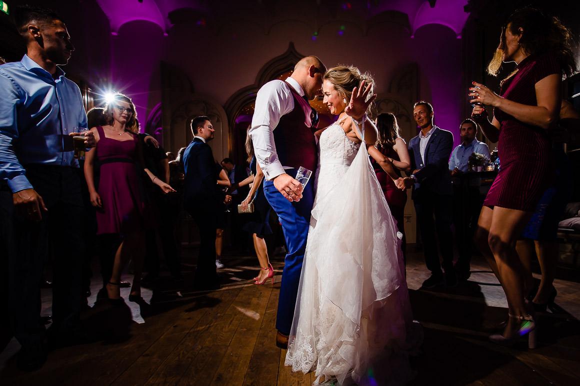 openings dans bruidspaar op hun bruiloft