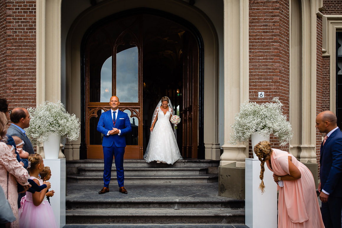 bruid komt aan lopen maar bruidegom kan haar nog niet zien