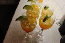 Lækre drinks med isterninger, appelsinbåde, Fanta, Rose's lime, Rose's grenadine og lime både.