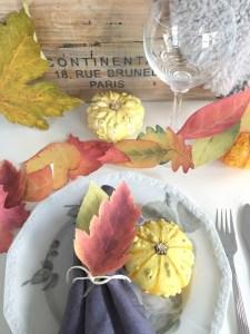 Papirgirlander og bordpynt med varme farger