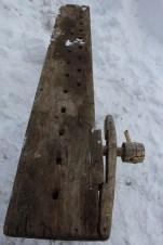 Framtang i bjørk, med hengsel i hjørnet, nytt håndtak til å stramme med (spilspik?)