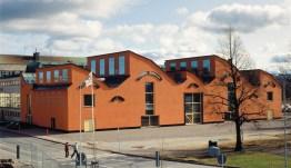 Tillbyggnaden av Jönköpings läns museum belönades med 1991 års Kasper Sahlinpris, Sveriges mest presitgefyllda arkitekturutmärkelse. Fotografiet är från tiden före museiparken anlades.