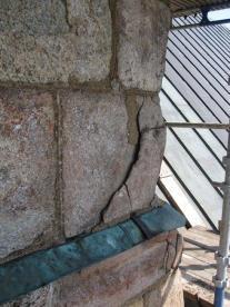 Sydöstra hörnkedjan hade sprickor och stenen var söndersprängd.