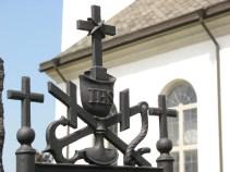 Avancerad kröndekoration på vård på Bredaryds kyrkogård.