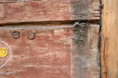 Timret bär spår både av äldre rödfärg och en ockragul linoljefärg.