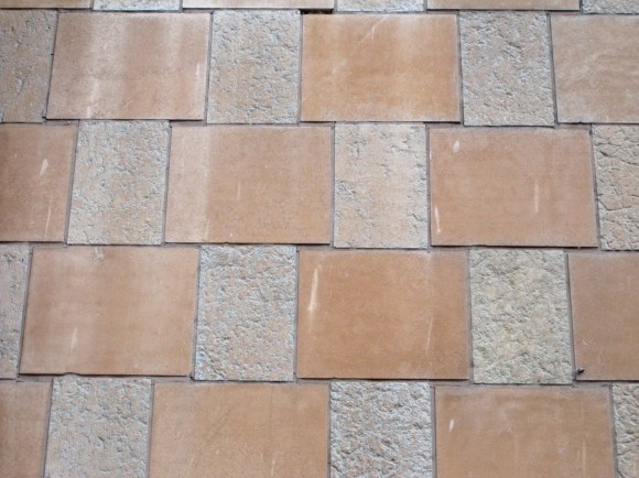 Intrikat rutmönster i sten. Här på en fasad i Nässjö.