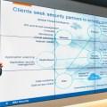"""[보도사진1] IBM 본사 보안 사업부 마크 반 자델호프(Marc van Zadelhoff) 총괄 대표가 왓슨 역량을 보안에 활용한 IBM의 """"코그너티브 보안 솔루션""""을 소개하고 있다."""