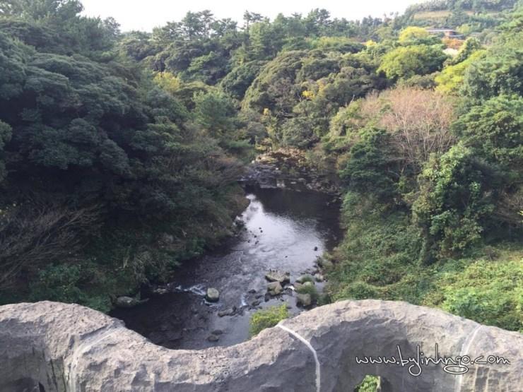 Trên đường đi đến cheojiyeon waterfall