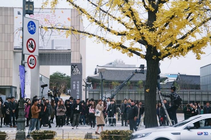 Bắt gặp một đoàn quay phim trên đường đi Samcheongdong-gil